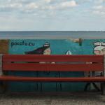 Graffiti na Bulwarze Nadmorskim w Gdyni. Przed graffiti ławka. Jak w teatrze
