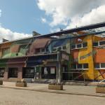Teatr w Gdyni jak cyrk . Bryła gmachu socjalistyczna i pstrokacizna na murach