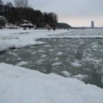 Mroźną zimą nad Bałtykiem jest pięknie. Kry u brzegu.Plaże zaśnieżone