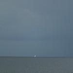 Biały żagiel na horyzoncie