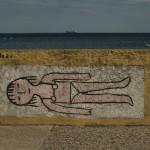 Bulwar Nadmorski w Gdyni. Na graffiti kobieta w kostiumie się opala