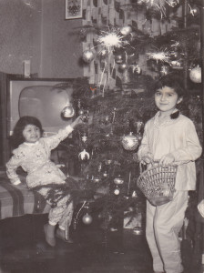 Początek lat 60. Pod świąteczną choinką na ogół czekały na nas duże paczki. Oprócz słodyczy, kredek, farbek, pamiętnika, do którego dawało się na pamiątkę znajomości wpisać innym, można było znaleźć piżamę czy nowe kapcie.
