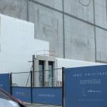Hala Targowa Koszyki w Warszawie. Początek budowy ściany z okien w biurowcu