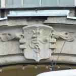 Nad jedną z bram Hali Targowej na Koszykach w Warszawie jest płaskorzeźba Kaduceusza - symbolu mądrości i równowagi sił