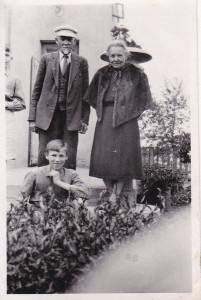 Dziadkowie - Jan i Matylda Majchoferowie - ze starszym bratem Ryśka - Mirkiem.