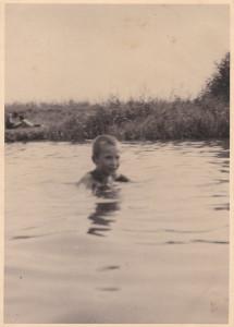 Rysiek w rzece Jeziorce w Zalesiu. Do dziś pamięta, że w Jeziorce zawsze była zimna woda.