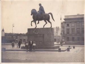 Pomnik księcia Józefa Poniatowskiego od 1923 roku stał na placu Saskim przed Grobem Nieznanego Żołnierza. Na zdjęciu Mirek i Rysiek ze stryjem pod pomnikiem. Rok 1939.