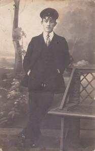 Sąsiednie zdjęcie jest rewersem tej fotografii. Ja tak odczytałam nazwisko: Stanisław Gregorczuk. Prawdopodobnie zdjęcie zostało wykonane w 1915 a podarowane w 1916.