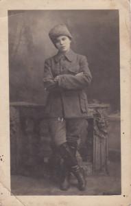 Zagadkowa dziewczyna. A może młody mężczyzna? Rok około 1915.