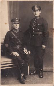 Zapewne to koledzy Stefana Zaranka (mojego dziadka) ze szkoły policyjnej. Stefan urodził się w 1896 roku.