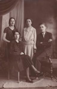 Leokadia Noińska z domu Miąsek (1898-1979), stojąca w środku, w jasnym stroju