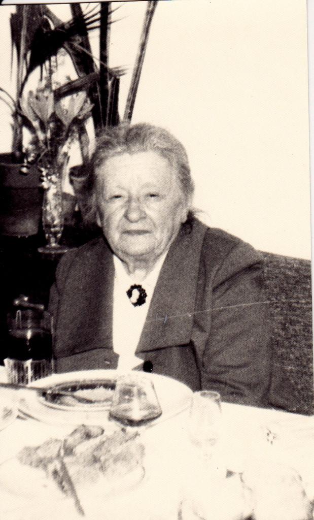 Irena Zaranek, młodsza siostra Leokadii z kameą po siostrze.
