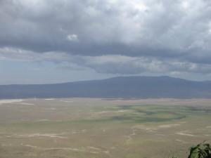 Korona Ngorongoro – gigantycznej kaldery o średnicy ok. 18 km. Ta dziura w ziemi, to pozostałość po wulkanie, który miliny lat temu tu stał. Z czasem powstała w niej sawanna otoczona wzniesieniami, tworząc bezpieczny dla zwierząt teren.