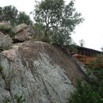 To tylko mały fragment lodżi wbudowanej w skały na różnych poziomach. U stóp wzniesienia stada pasących się bawołów. Na dachach małpki, w kwiatach jaszczurki.