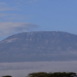 Kilimandżaro – Lśniąca góra (najwyższy szczyt Afryki, 5 895 m n.p.m.). Kłaniamy się jej z samego rana. W dzień rzadko jest widoczna.
