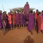 Masajscy wojownicy kolejno wychodzą do przodu i prezentują swe umiejętności.