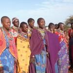 Masajki, odświętnie ubrane, podziwiają swych wojowników.