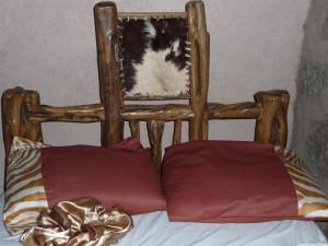 Tak wyglądają łóżka z widokiem na Afrykę przez okno panoramiczne.