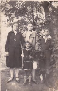Od lewej; Irena, Anna [Andzia], Tadeusz, najmniejsza - pośrodku- Henia.