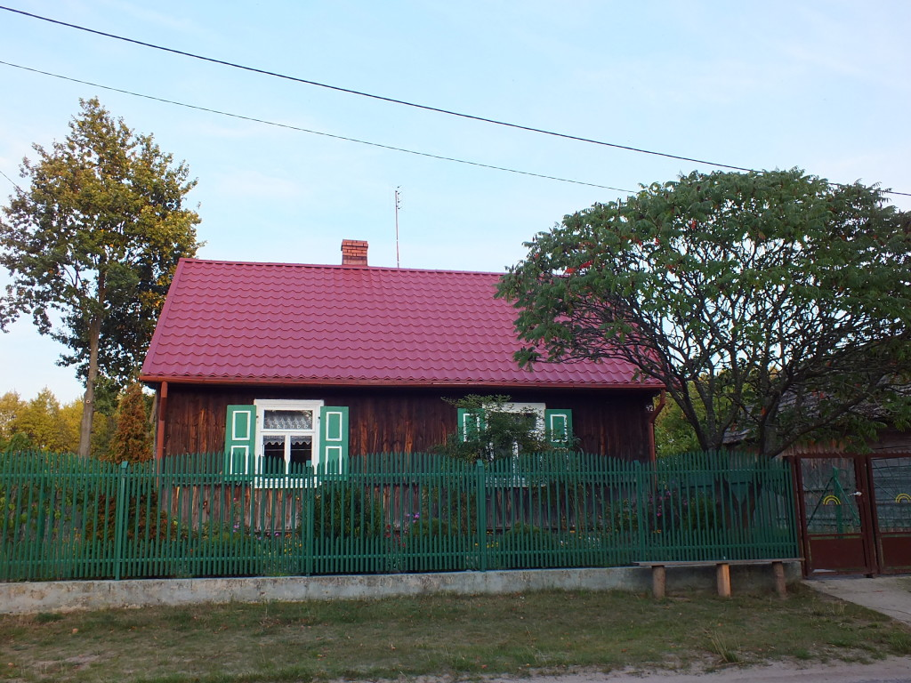 Okiennice w starych drewnianych domkach w Strachowie są kolorowe i zadbane