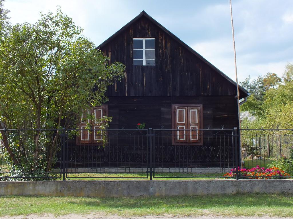 sam dom, co poprzedni od ulicy Bitwy Warszawskiej 1920 w Strachowie.