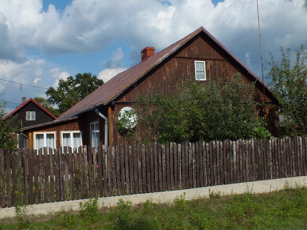 Drewniane domy w Strachowie wciąż tętnią życiem i są zadbane.