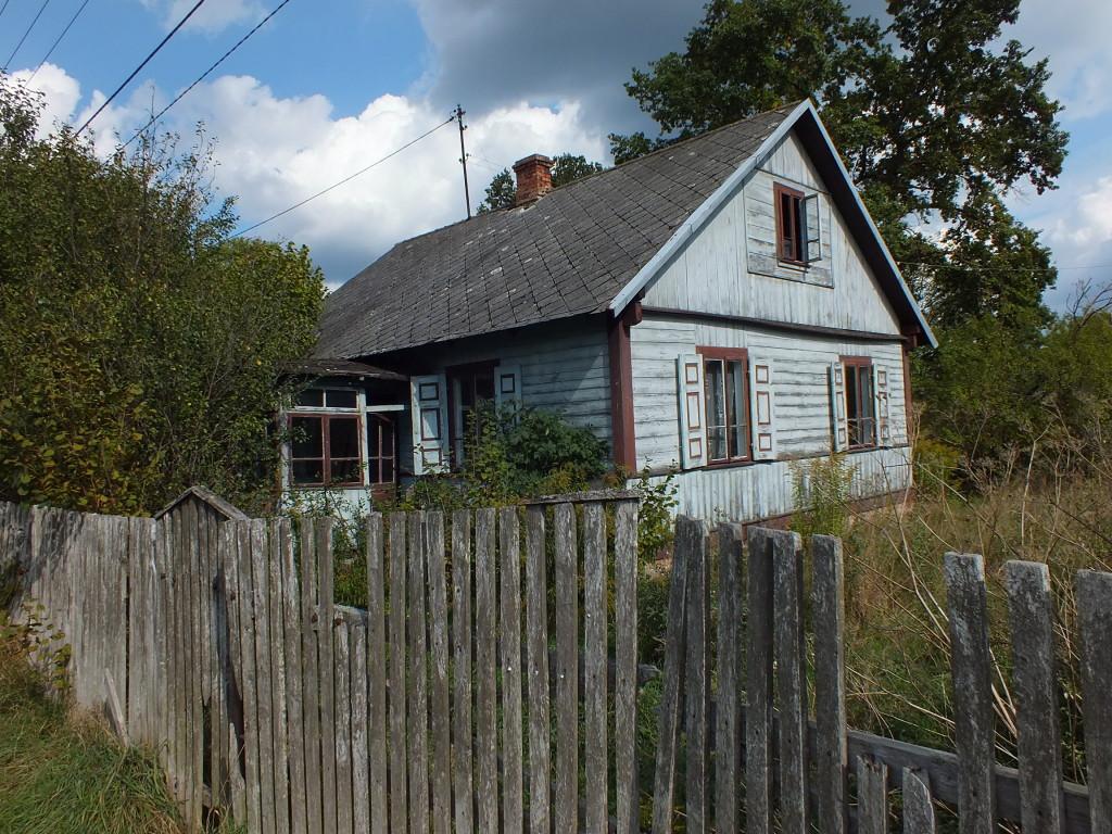 Niebieski drewniany domek w Strachowie
