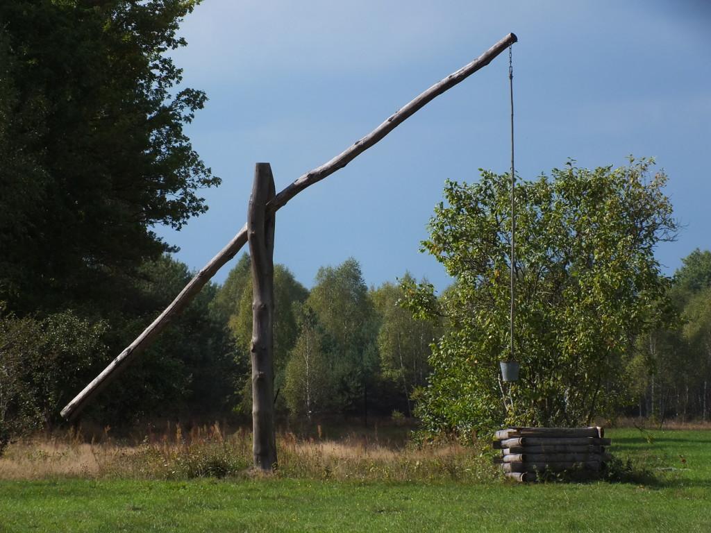 Żuraw studzienny, to dźwignica, która pozwala czerpać wodę ze studni. Tu, właściciele współczesnego domu, zachowali go, jako ozdobę swej posiadłości. I naprawdę, ozdobą jest.