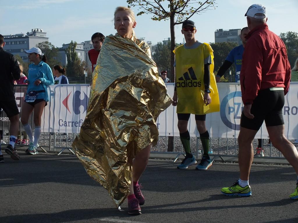 37. PZU Maraton Warszawski. Pelerynki z plastiku skutecznie chronią przed zimnem.