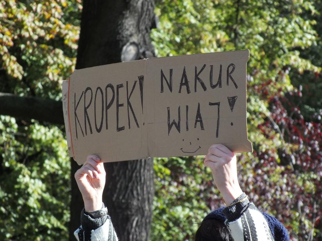"""37. PZU Maraton Warszawski. """"Kropek! Nakurwiaj"""" brzmi napis na banerku trzymanym przez kibica maratonu"""