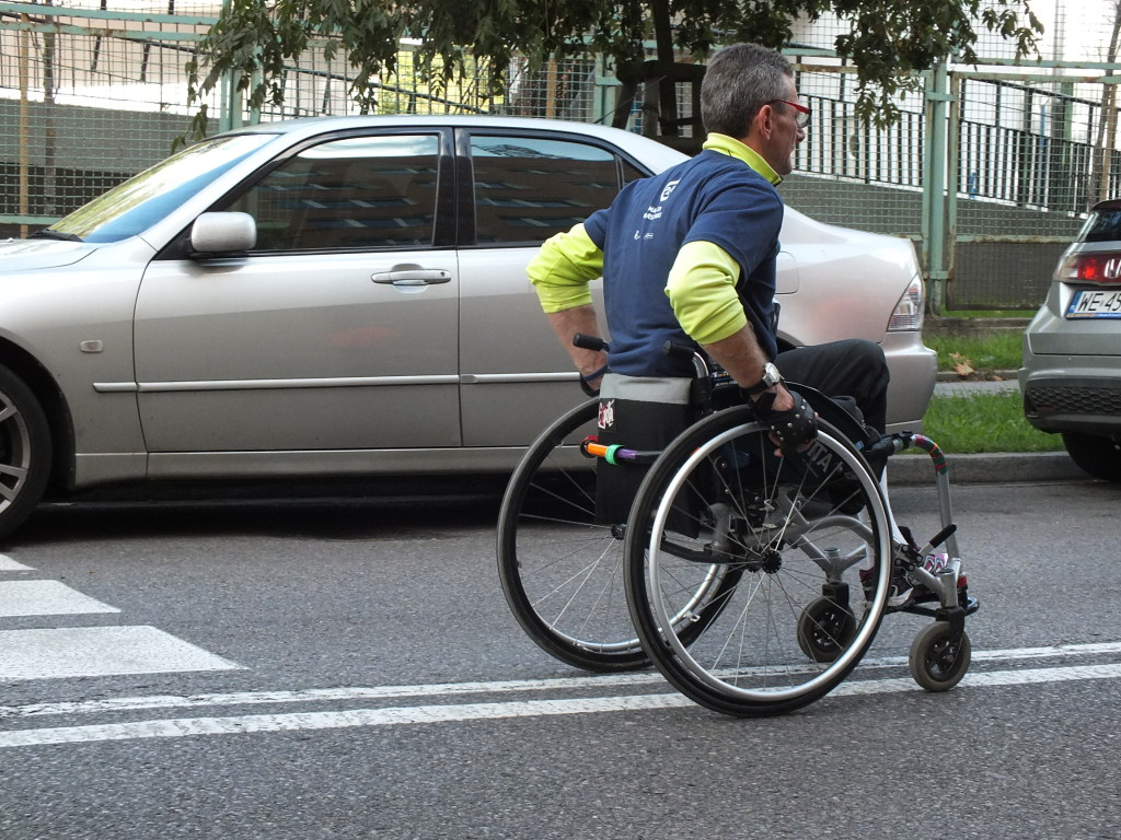 37. PZU Maraton Warszawski. Uczestnicy na wózkach i w wózkach utrzymywali znakomite tempo.