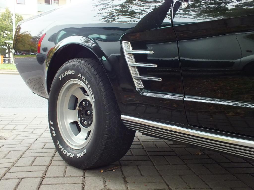 Ford Mustang (1964-1965 rok). z badań potencjalnych właścicieli wynikało, że najważniejsze jest to, żeby w reklamie stawiać nacisk na najniższą cenę