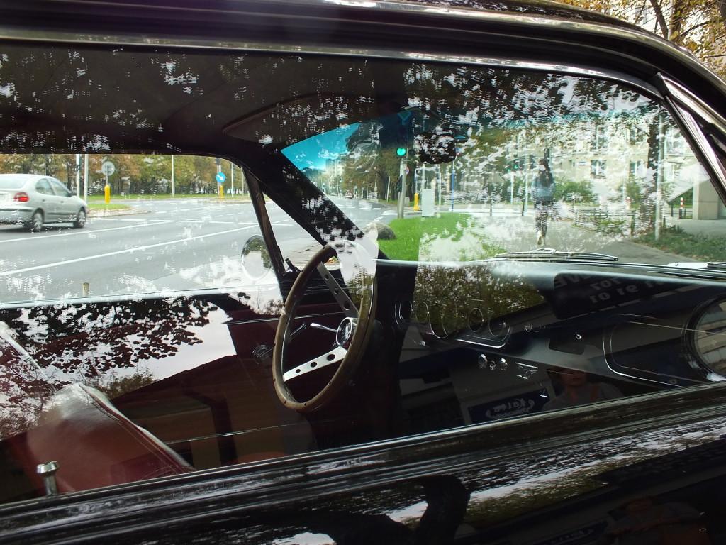 Najbardziej podstawowy model Forda Mustanga (1964-1965) miał kubełkowe siedzenia, winylowe wykończenia, kołpaki – co dziś się wydaje oczywiste, a nie było – też dywaniki, zegary i klamki.