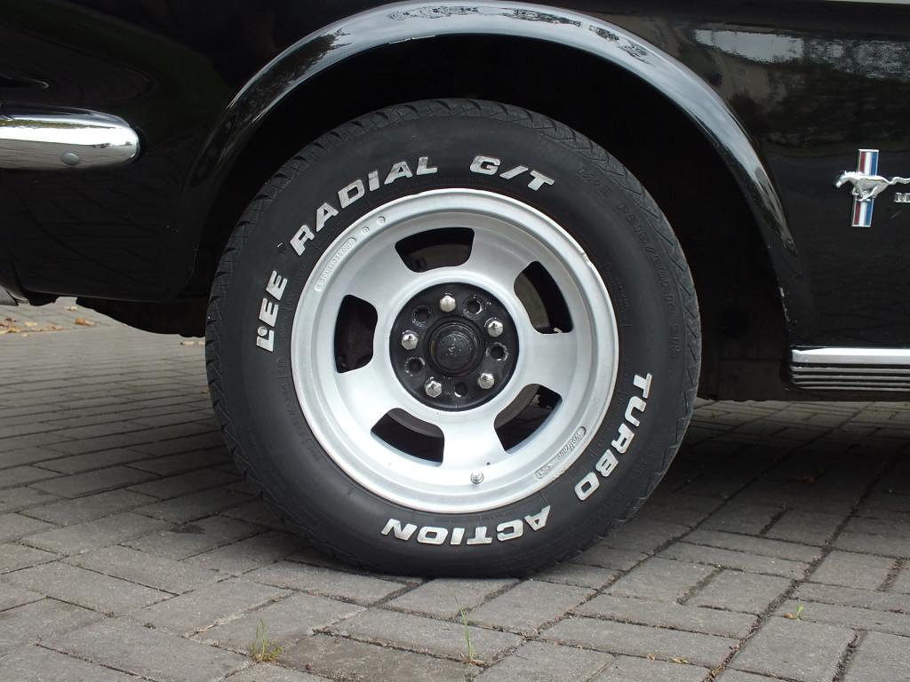 W Fordzie Mustangu rocznik 1964-1965 koła nie są przysłonięte karoserią, dzięki czemu łatwo je wymienić, gdy się złapie gumę. W moim renault megane, gdy trzeba wymienić żarówkę reflektora muszę się umówić w warsztacie samochodowym, żeby mechanicy mieli wolny podnośnik auta, bo inaczej nie da się tego zrobić, co przećwiczyłam w trasie.