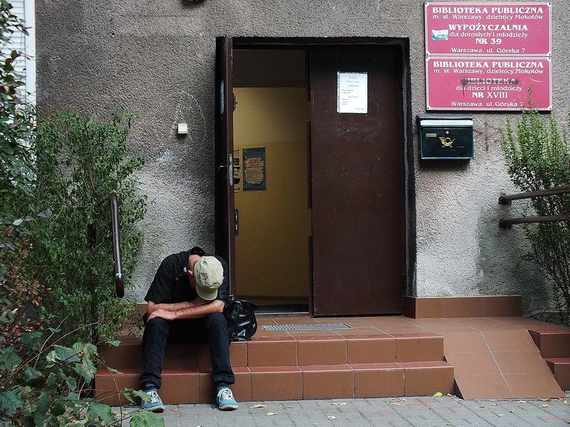 Na schodach biblioteki dla młodzieży i dzieci z głową na kolanach przysnął facet.. Chyba był przed lektutrą z okresu pozytywizmu. A po sożyciu niepozytywnej dawki alkoholu