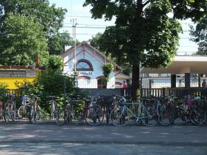 Stacja Milanówek od strony ul. Krakowskiej. Po tej stronie torów, przy wejściu do tunelu prowadzącego na stację, kiosk Ruchu prowadził Jurek Miąsek, bratanek mojej babci. A właściwie cała jego rodzina.