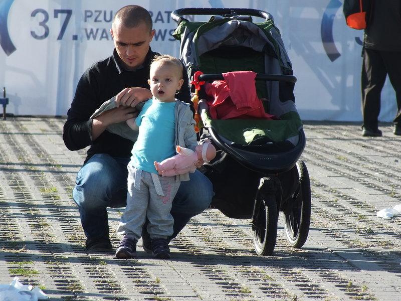 37. Maraton Warszawski. Maluchy też kibicują maratończykom.