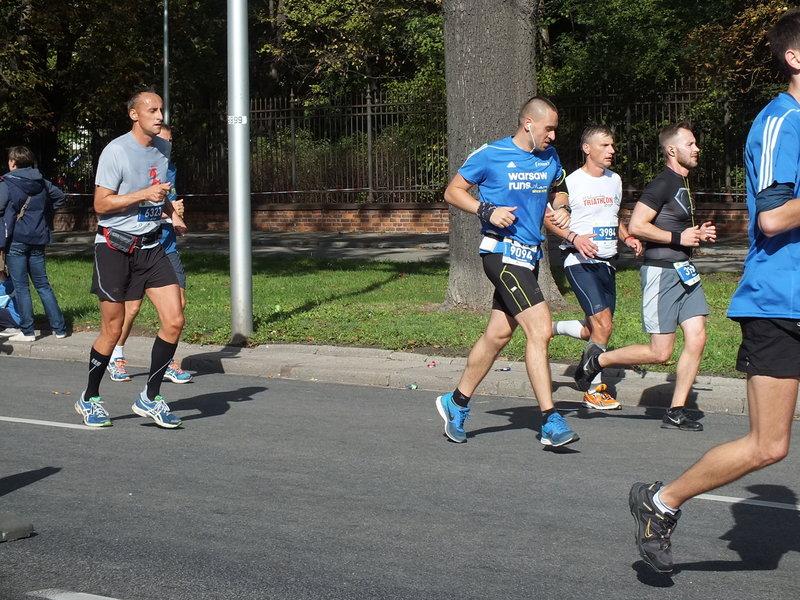 37. Maraton Warszawski. o dwóch godzinach biegacze zyskują koło siebie trochę przestrzeni.