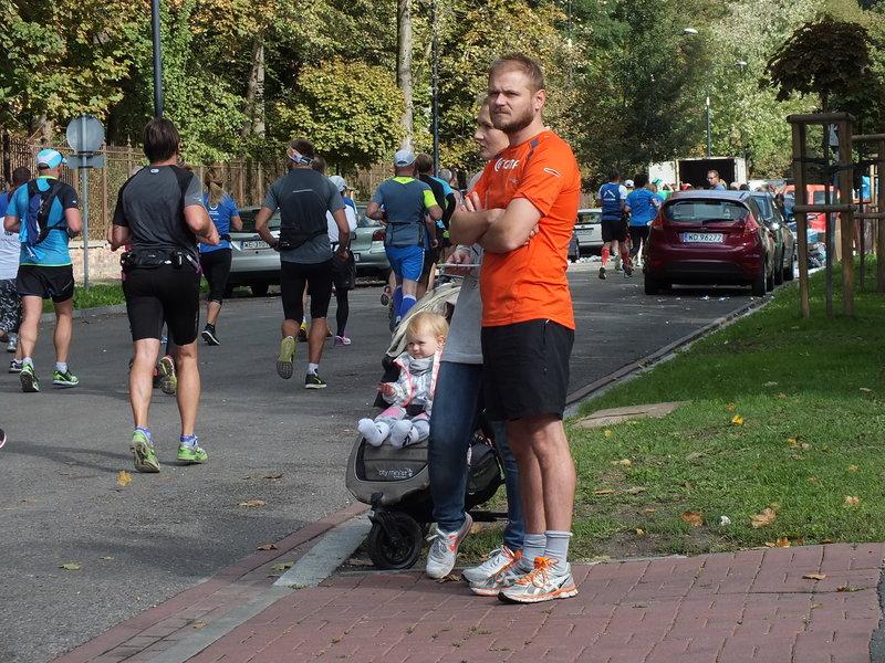 37. Maraton Warszawski. Spacerowicze odcięci od wejścia do Łazienek Królewskich