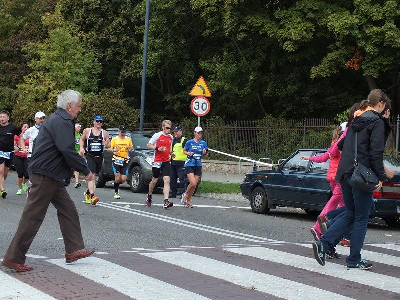 37. Maraton Warszawski. Na wąskich odcinkach piesi uprawiali bieg w poprzek trasy maratończyków.