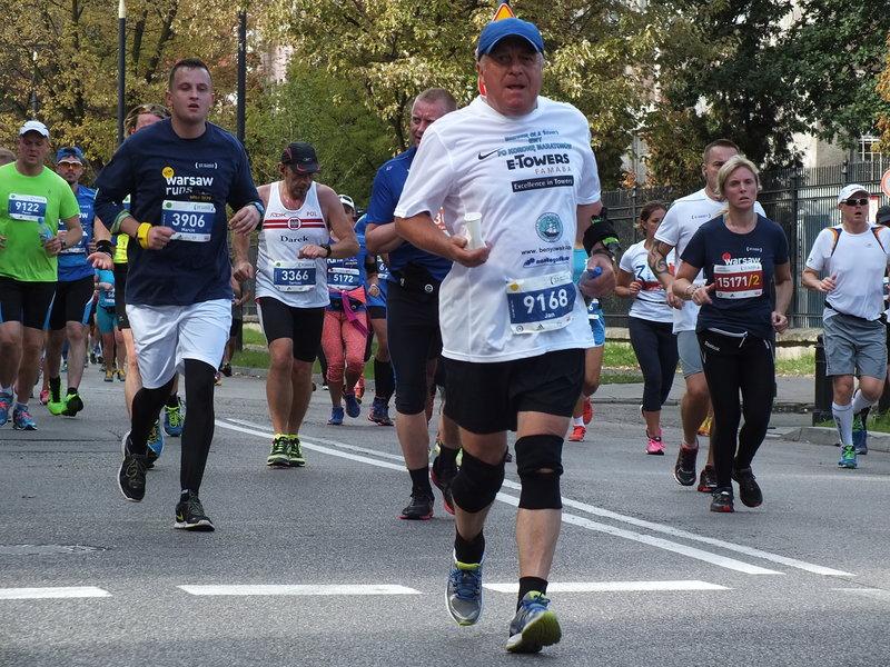 37. Maraton Warszawski. Wszyscy mieli dobre, biegowe buty, niektórzy mocno markowe. Grube, poszerzane podeszwy. Ale przed startem z głośnika poszedł komunikat o jakimś zawodniku na bosaka.