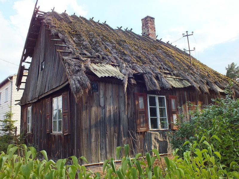 Na opuszczonej chacie w Strachowie,wciąż jest czytelne imię i nazwisko  gospodarza: Rozenek Eugeniusz.