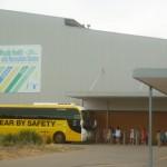 Niepełnosprawne dzieci do ośrodka rekreacyjno-sportowego, w którym jest m.in. basen dowozi żółty autobus
