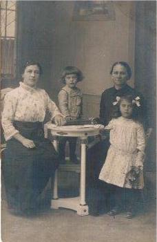 Od lewe Stefania Wysocka z swoją córeczką Władzią - to ta mała za stołem. W Władzia to mama Jadzi. Stefania, to babcia. Międzywojnie , XX wiek.