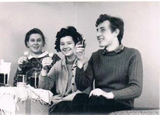 Pierwsza z lewej Jadzia po raz pierwszy w życiu w ciąży. Ma się urodzić Radek. Rok 1970 w ukochanym M-2 w Szczecinie.