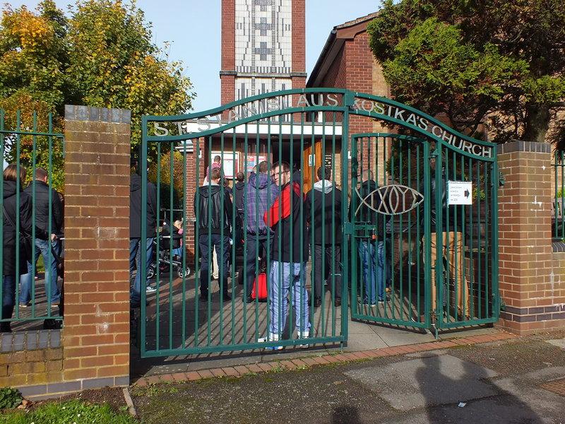Kościół pod wezwaniem świętego Stanisława Kostki w Coventry a wybory do parlamentu 2015. Na bramie do kościoła informacja, gdzie w Coventry znajduje się Wyborcza Komisja Obwodowa