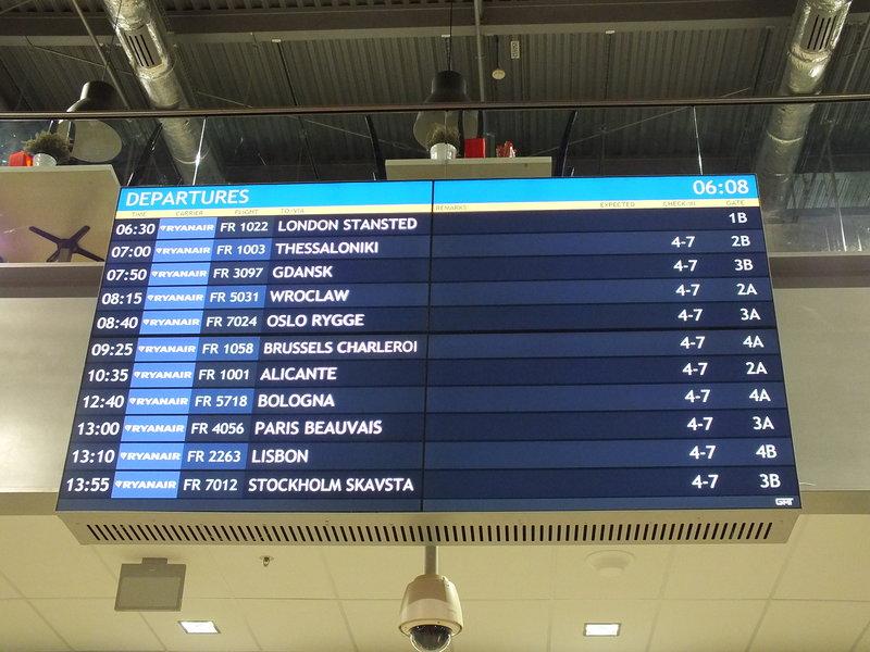 Drogowskazy nocą nie dają szans, by trafić na lotnisko Warszawa Modlin.