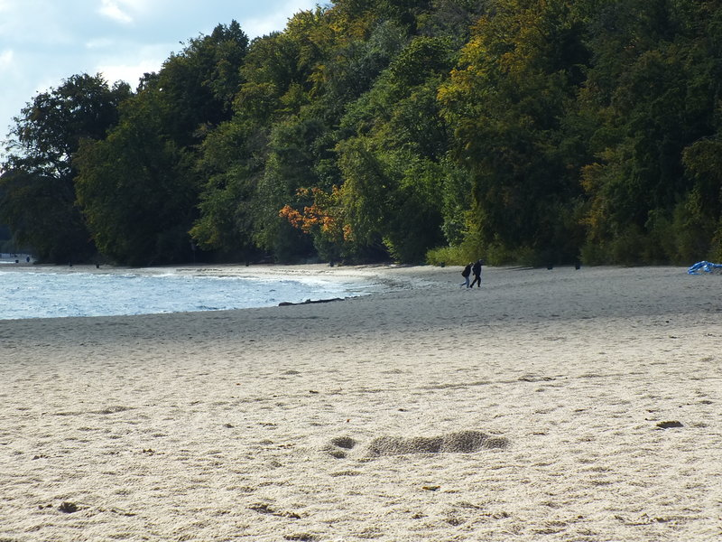 Kòlibczi, to po kaszubsku Kolibki. Plaża na początku października. Słońce, tylko ludzi brak. Jedna para w kurtkach. Słońce w październiku jest. Ponieważ ludzi mało, lepiej słychać szum morza. I mewy. Również wiatr.