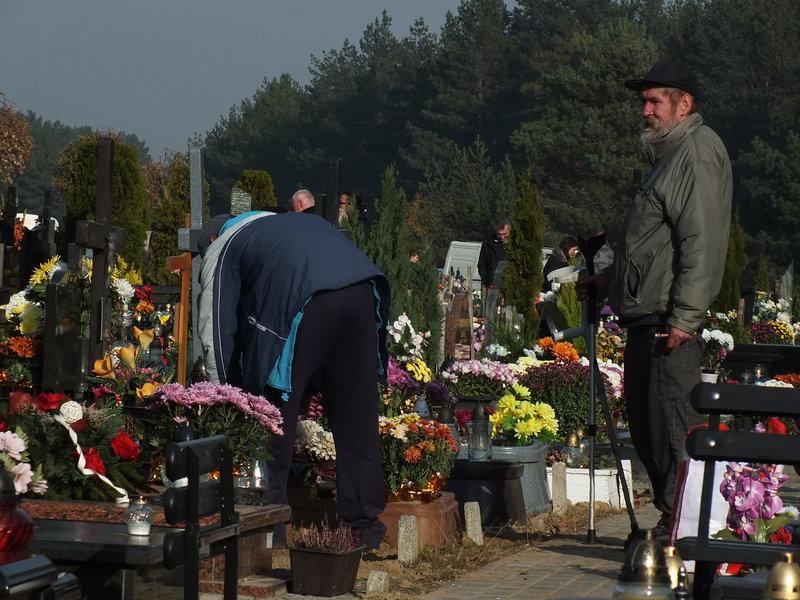 Przed Wszystkimi Świętymi 2015. Menele tez sprżtają groby. Każdy kogoś pamięta. Przezdłuża życie kogoś zmarłego dzięki pamięci o nim.