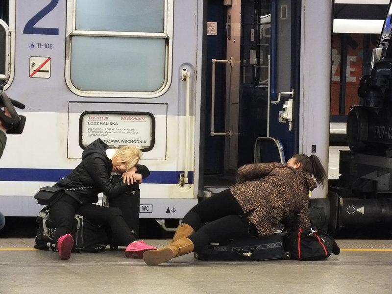 Dziewczyny leżą na peronie dworca Cenralnego w Warszawie